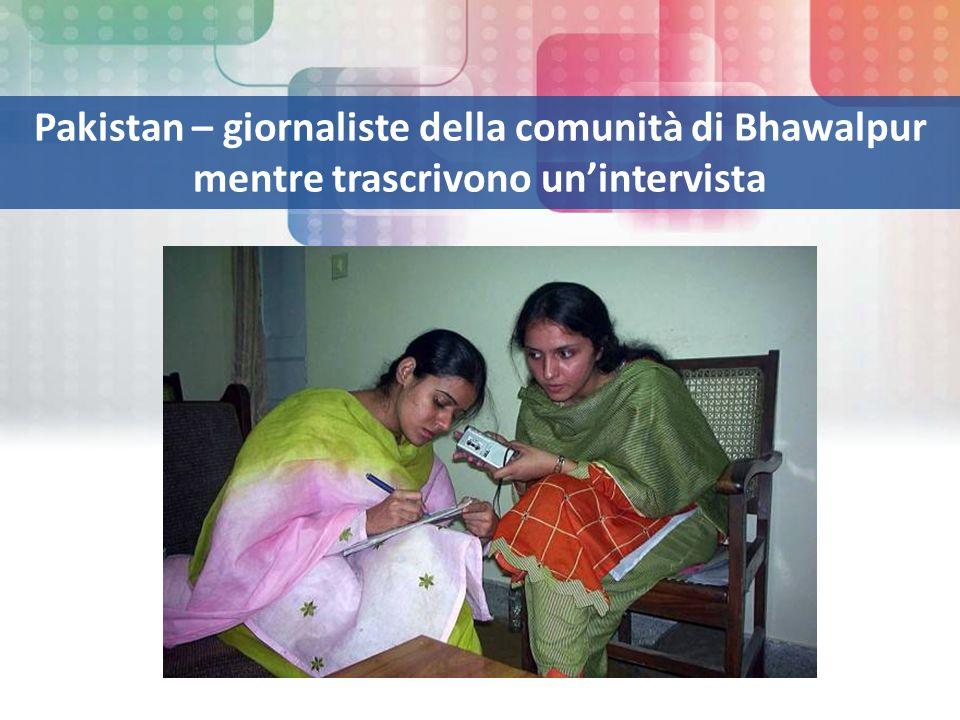 Pakistan – giornaliste della comunità di Bhawalpur mentre trascrivono unintervista
