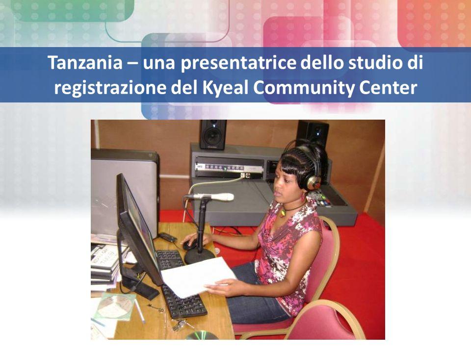 Tanzania – una presentatrice dello studio di registrazione del Kyeal Community Center