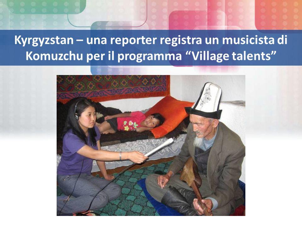 Kyrgyzstan – una reporter registra un musicista di Komuzchu per il programma Village talents