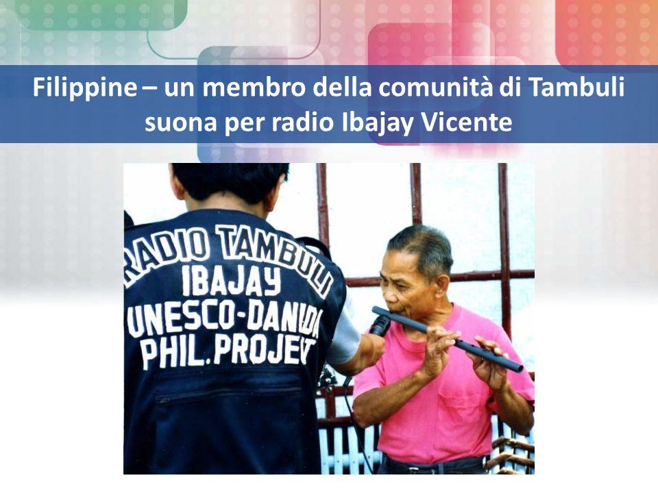 Filippine – un membro della comunità di Tambuli suona per radio Ibajay Vicente