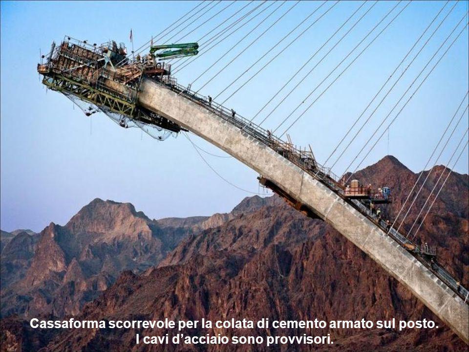 Il progetto: attraversare un CANYON. Una opera audace, in un sito meraviglioso. I cavi dacciaio sono provvisori.