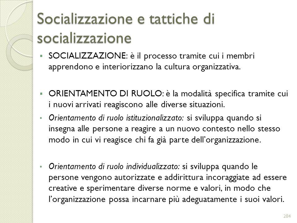 Socializzazione e tattiche di socializzazione SOCIALIZZAZIONE: è il processo tramite cui i membri apprendono e interiorizzano la cultura organizzativa