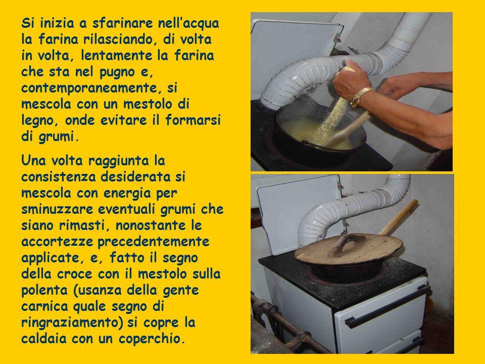 Si inizia a sfarinare nellacqua la farina rilasciando, di volta in volta, lentamente la farina che sta nel pugno e, contemporaneamente, si mescola con