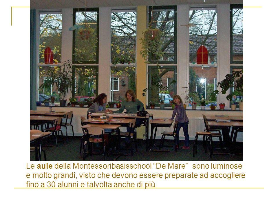 Le aule della Montessoribasisschool De Mare sono luminose e molto grandi, visto che devono essere preparate ad accogliere fino a 30 alunni e talvolta anche di più.