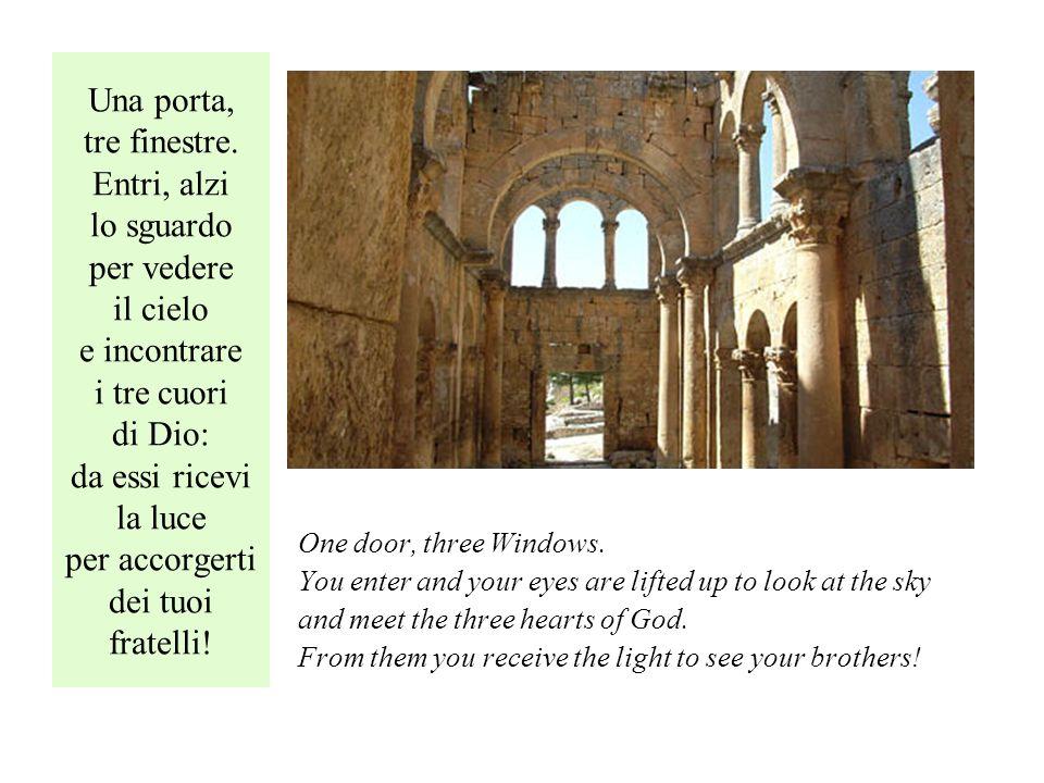 Una porta, tre finestre.