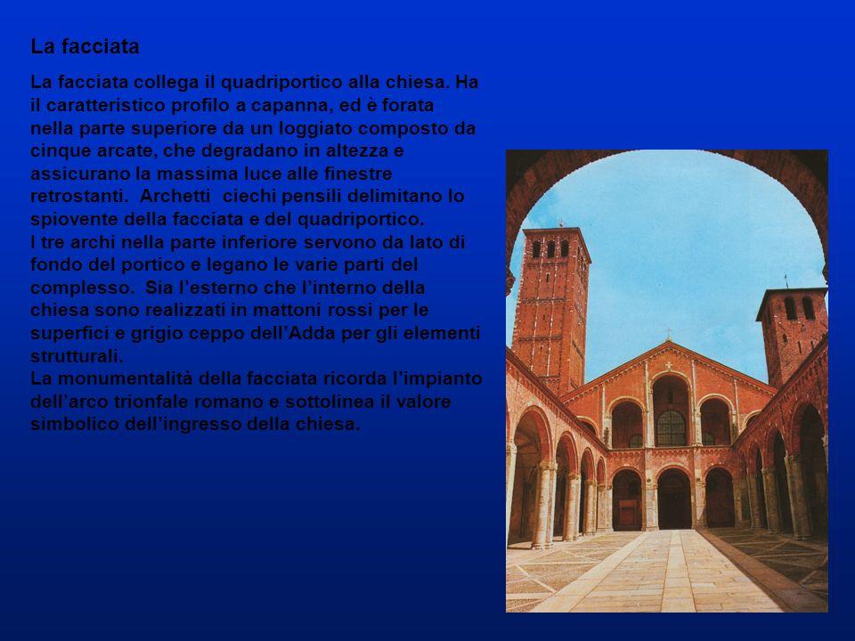 La facciata La facciata collega il quadriportico alla chiesa. Ha il caratteristico profilo a capanna, ed è forata nella parte superiore da un loggiato