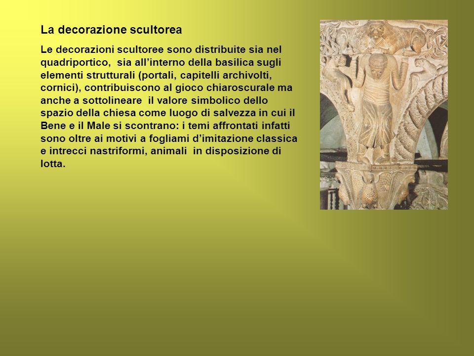 La decorazione scultorea Le decorazioni scultoree sono distribuite sia nel quadriportico, sia allinterno della basilica sugli elementi strutturali (po