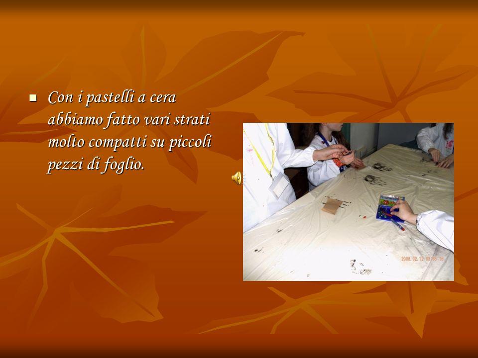 Con i pastelli a cera abbiamo fatto vari strati molto compatti su piccoli pezzi di foglio. Con i pastelli a cera abbiamo fatto vari strati molto compa