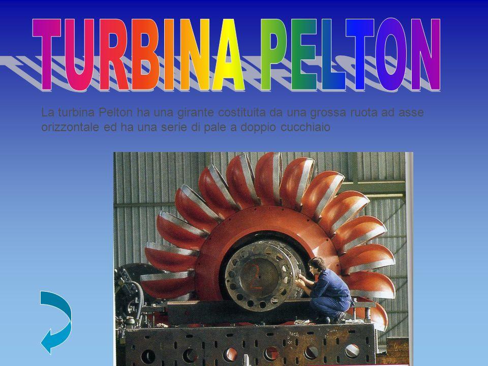 La turbina Pelton ha una girante costituita da una grossa ruota ad asse orizzontale ed ha una serie di pale a doppio cucchiaio
