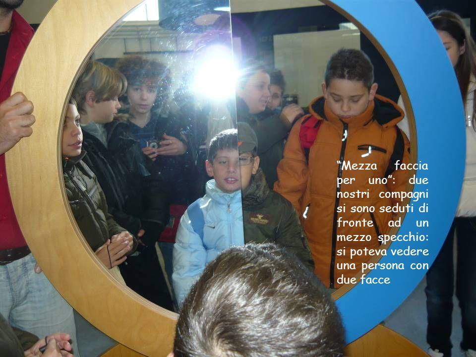 Mezza faccia per uno: due nostri compagni si sono seduti di fronte ad un mezzo specchio: si poteva vedere una persona con due facce