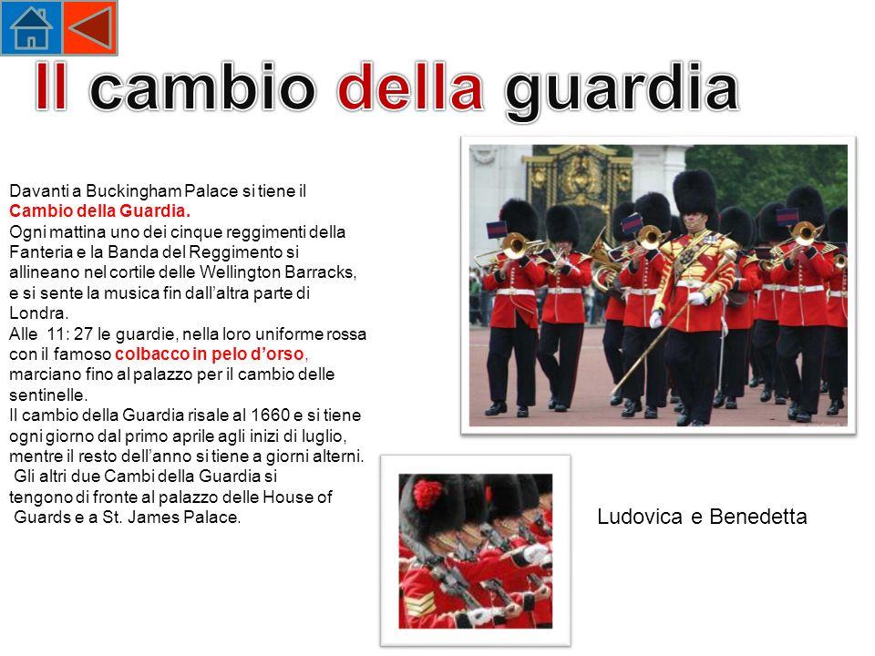 Davanti a Buckingham Palace si tiene il Cambio della Guardia.