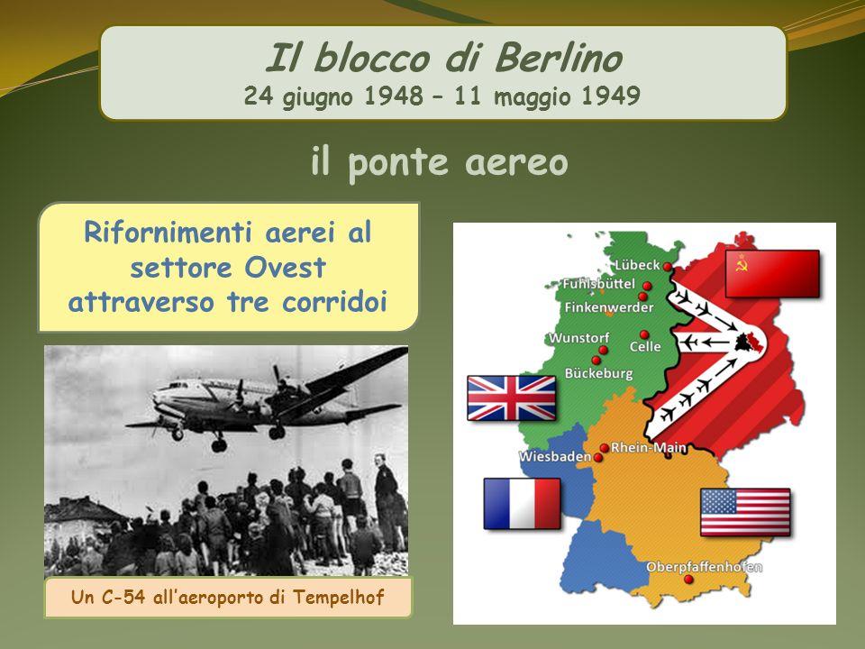 Il blocco di Berlino 24 giugno 1948 – 11 maggio 1949 il ponte aereo Rifornimenti aerei al settore Ovest attraverso tre corridoi Un C-54 allaeroporto d