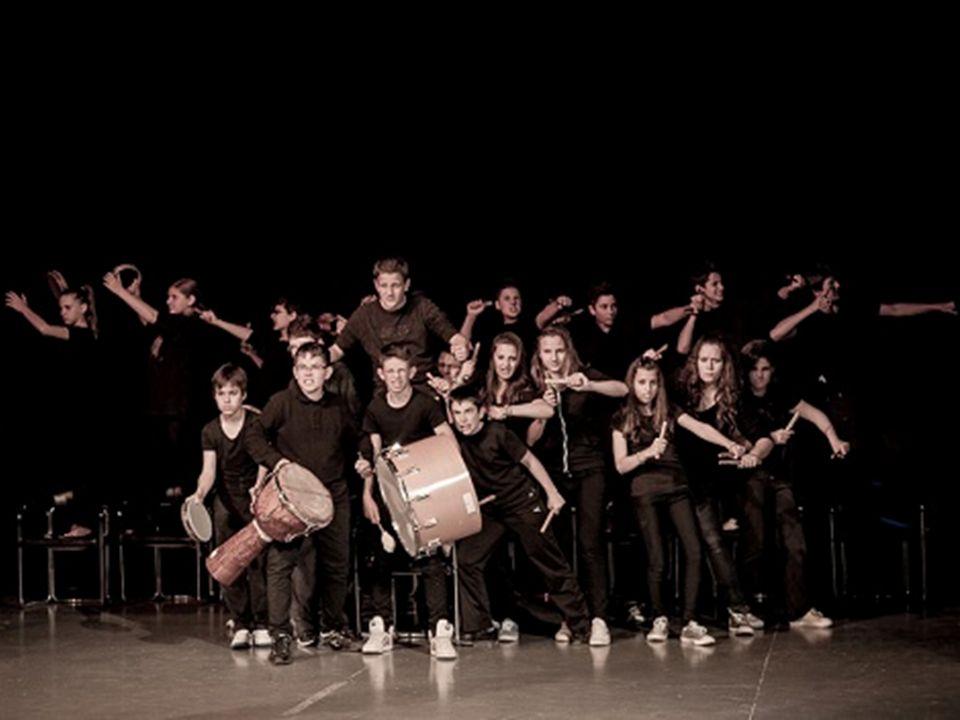 Caratteristiche dello spettacolo La coralità è la caratteristica principale dello spettacolo: Corale in quanto tutti gli alunni sono presenti in scena per tutta la durata dello spettacolo.