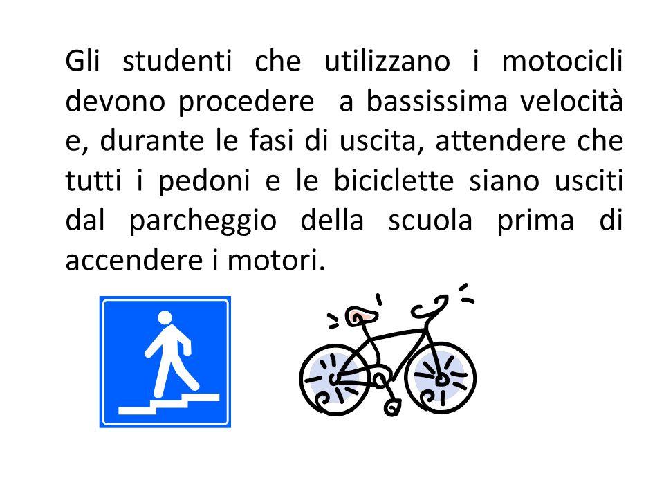 Gli studenti che utilizzano i motocicli devono procedere a bassissima velocità e, durante le fasi di uscita, attendere che tutti i pedoni e le bicicle
