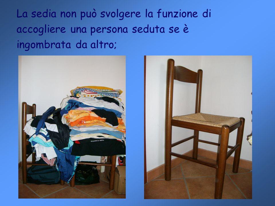 La sedia non può svolgere la funzione di accogliere una persona seduta se è ingombrata da altro;