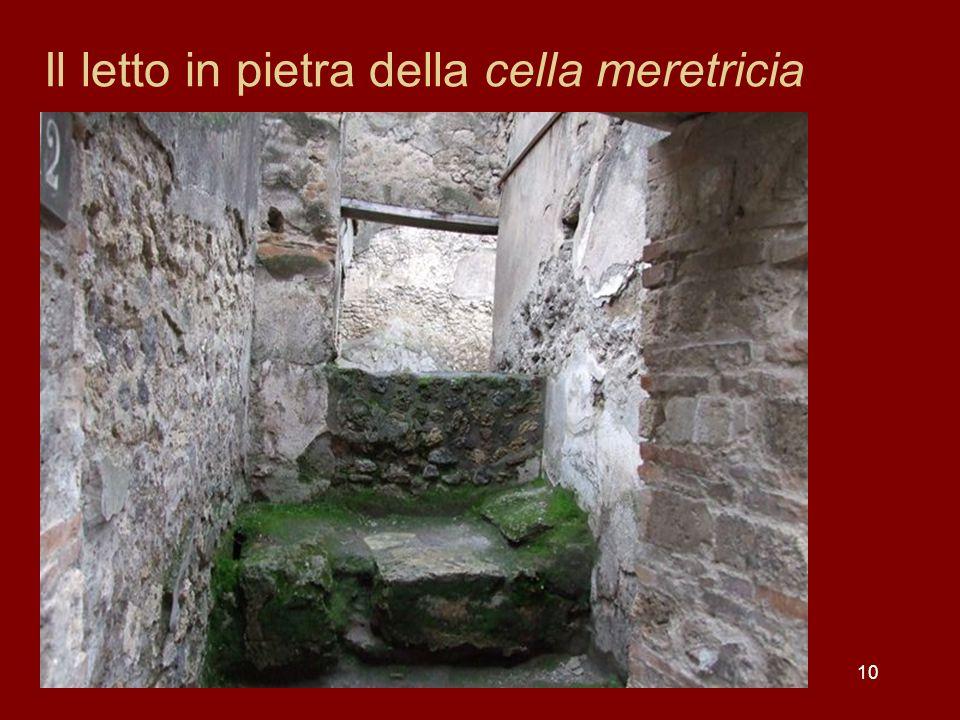10 Il letto in pietra della cella meretricia