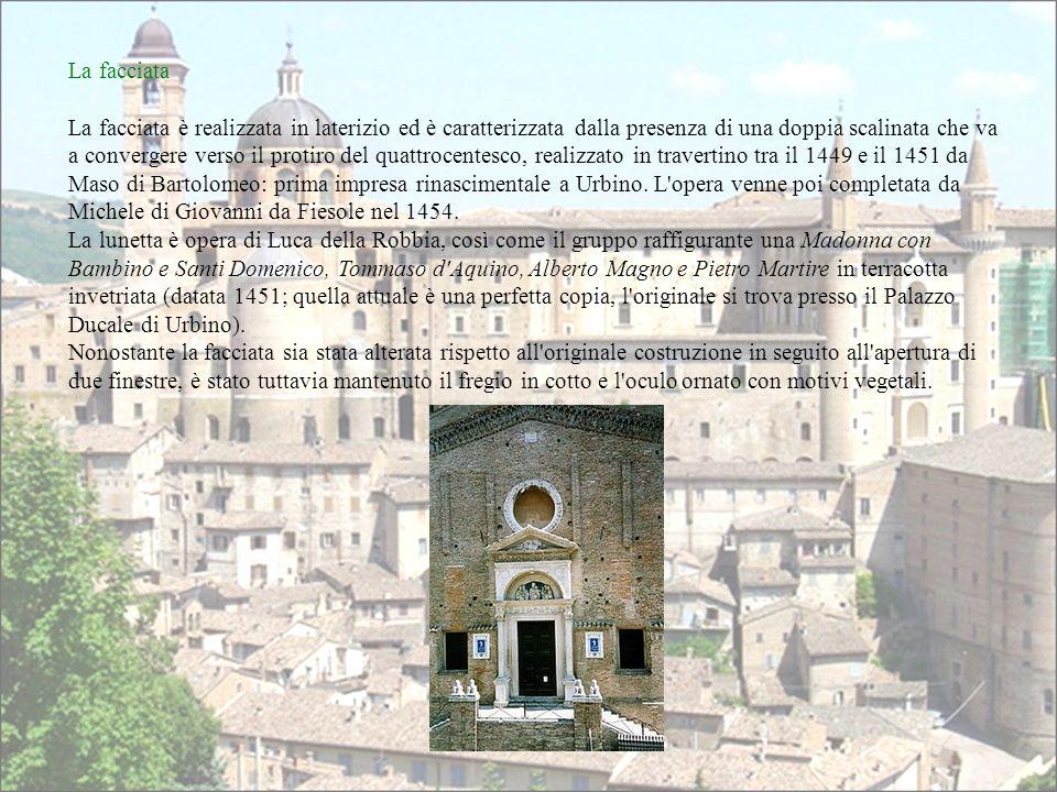 La facciata è realizzata in laterizio ed è caratterizzata dalla presenza di una doppia scalinata che va a convergere verso il protiro del quattrocente