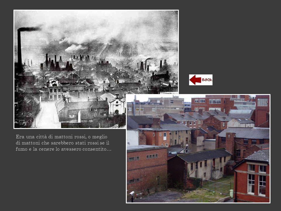 Era una città di mattoni rossi, o meglio di mattoni che sarebbero stati rossi se il fumo e la cenere lo avessero consentito…