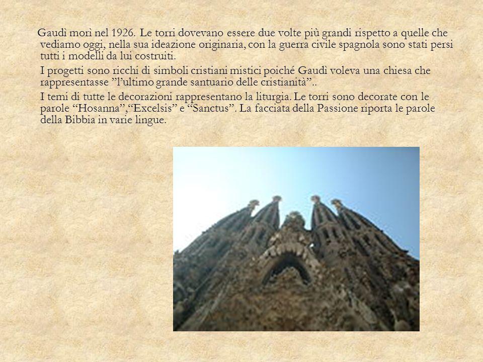 Gaudì morì nel 1926. Le torri dovevano essere due volte più grandi rispetto a quelle che vediamo oggi, nella sua ideazione originaria, con la guerra c