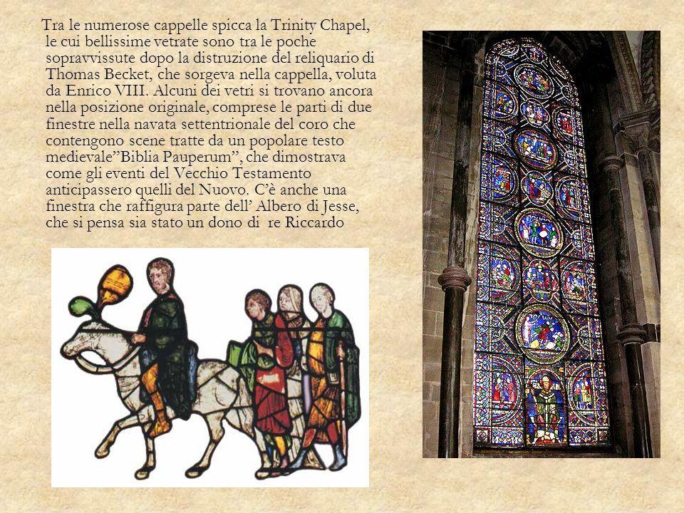 Tra le numerose cappelle spicca la Trinity Chapel, le cui bellissime vetrate sono tra le poche sopravvissute dopo la distruzione del reliquario di Tho