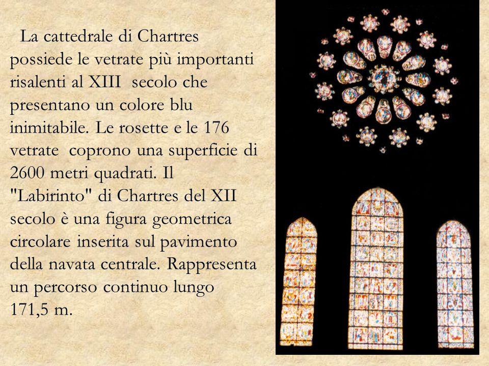 La cattedrale di Chartres possiede le vetrate più importanti risalenti al XIII secolo che presentano un colore blu inimitabile. Le rosette e le 176 ve