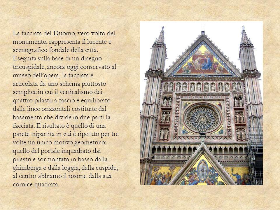 La facciata del Duomo, vero volto del monumento, rappresenta il lucente e scenografico fondale della città. Eseguita sulla base di un disegno tricuspi