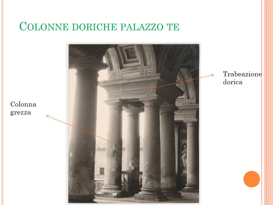 I NQUIETUDINE ARCHITETTONICA : P ALAZZO T E Il palazzo ha una pianta quadrata con al centro un grande cortile quadrato, dove un tempo era un labirinto, con quattro entrate sui quattro lati.