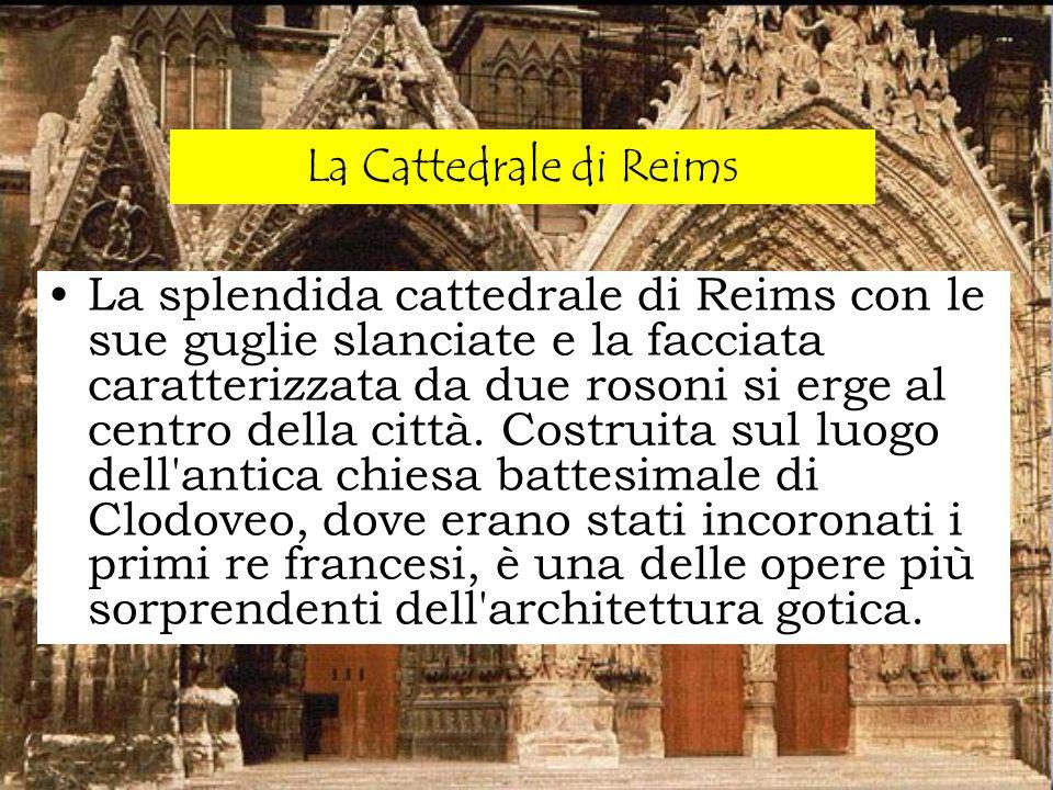 La splendida cattedrale di Reims con le sue guglie slanciate e la facciata caratterizzata da due rosoni si erge al centro della città. Costruita sul l