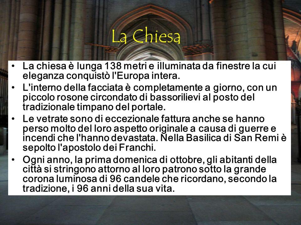 La Chiesa La chiesa è lunga 138 metri e illuminata da finestre la cui eleganza conquistò l'Europa intera. L'interno della facciata è completamente a g