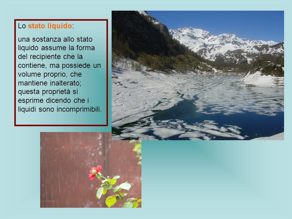 Lo stato liquido: una sostanza allo stato liquido assume la forma del recipiente che la contiene, ma possiede un volume proprio, che mantiene inaltera