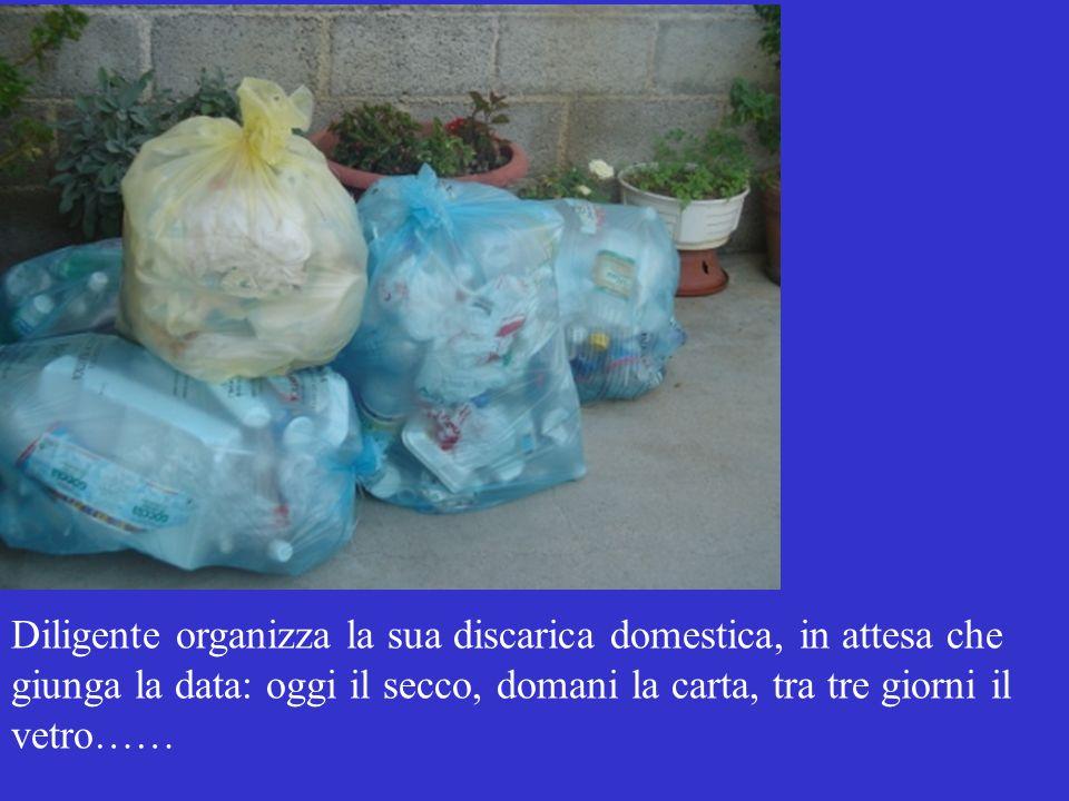 Diligente organizza la sua discarica domestica, in attesa che giunga la data: oggi il secco, domani la carta, tra tre giorni il vetro……