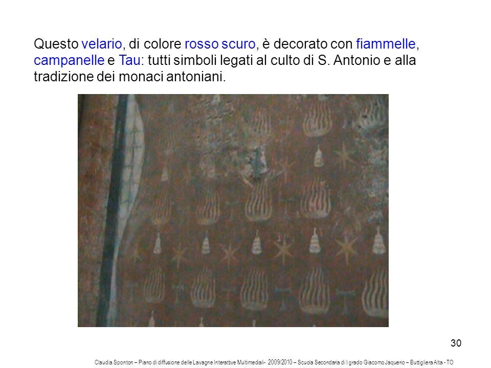 30 Questo velario, di colore rosso scuro, è decorato con fiammelle, campanelle e Tau: tutti simboli legati al culto di S. Antonio e alla tradizione de