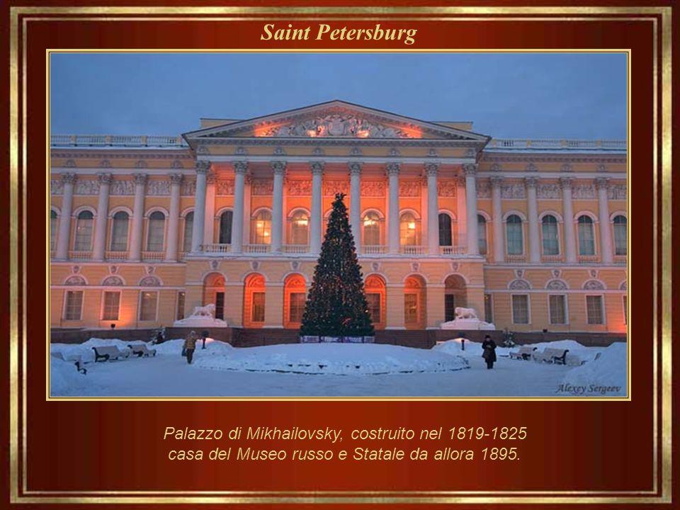 Saint Petersburg Statua di Alessandro Pushkin (1900), il poeta la cui conoscenza enorme della lingua russa e ricchezza nel suo uso influenzò autori co