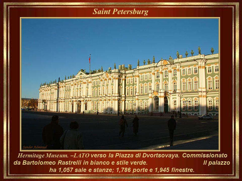 Saint Petersburg Museo Ermitage Come appare accanto al fiume fluente. Costruita nel 1764 ed insediò in carica nel 1852, il museo occupa cinque palazzi