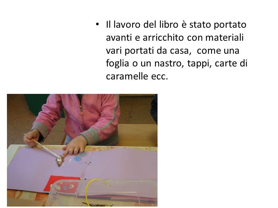 Il lavoro del libro è stato portato avanti e arricchito con materiali vari portati da casa, come una foglia o un nastro, tappi, carte di caramelle ecc.