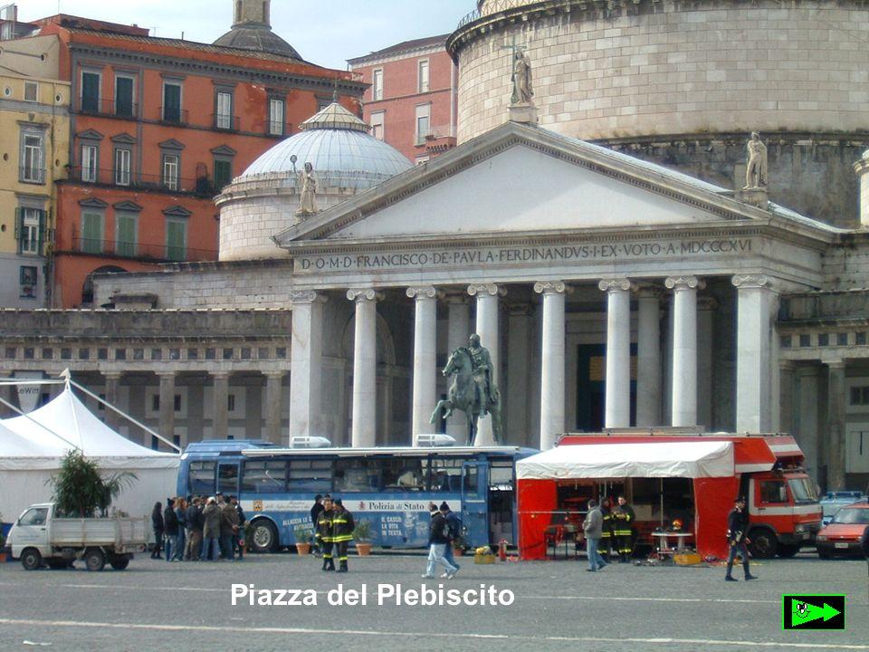 Piazza del Plebiscito Piazza del Plebiscito è una delle più maestose piazze napoletane.