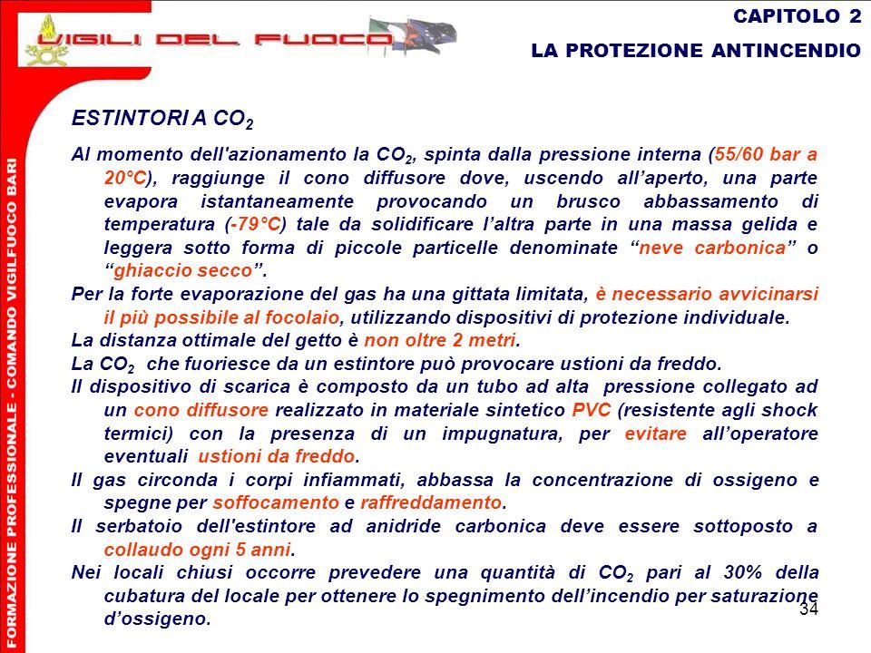 34 CAPITOLO 2 LA PROTEZIONE ANTINCENDIO ESTINTORI A CO 2 Al momento dell'azionamento la CO 2, spinta dalla pressione interna (55/60 bar a 20°C), raggi