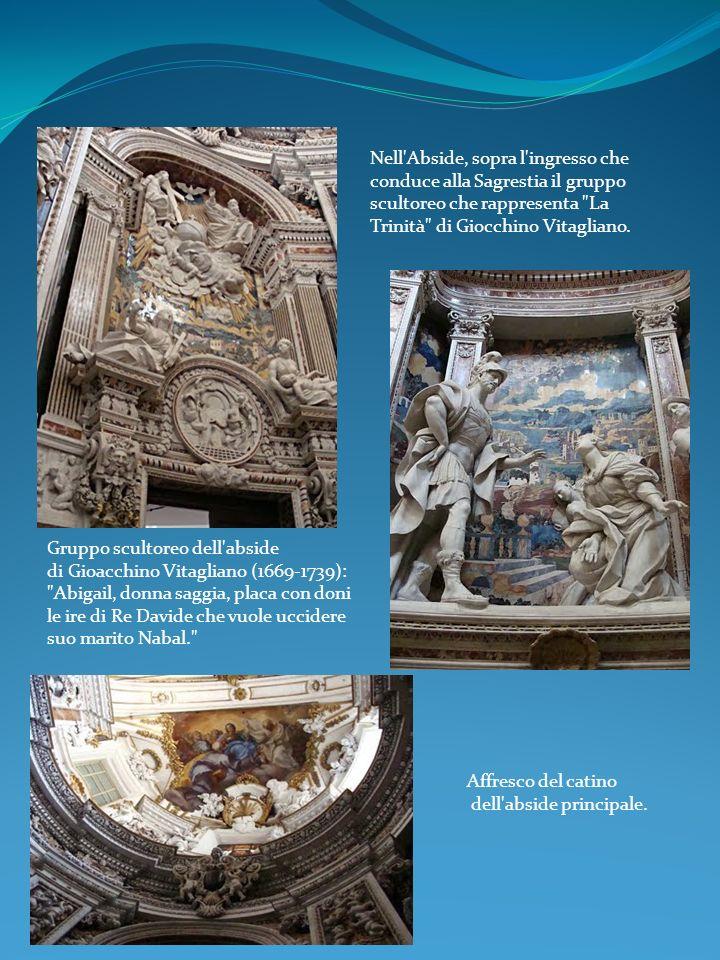 Nell'Abside, sopra l'ingresso che conduce alla Sagrestia il gruppo scultoreo che rappresenta