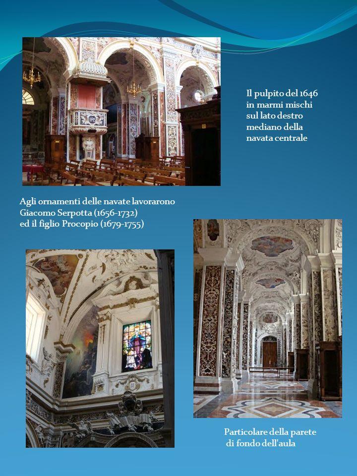 Il pulpito del 1646 in marmi mischi sul lato destro mediano della navata centrale Particolare della parete di fondo dell'aula Agli ornamenti delle nav
