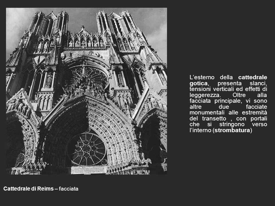 Lesterno della cattedrale gotica, presenta slanci, tensioni verticali ed effetti di leggerezza.