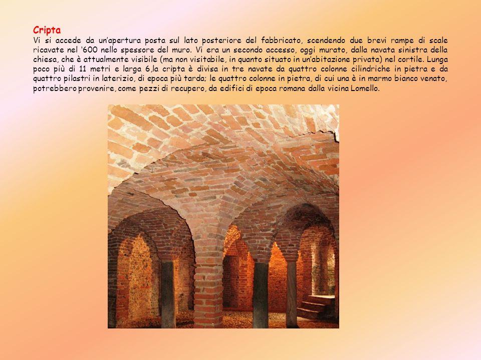 Cripta Vi si accede da unapertura posta sul lato posteriore del fabbricato, scendendo due brevi rampe di scale ricavate nel 600 nello spessore del mur