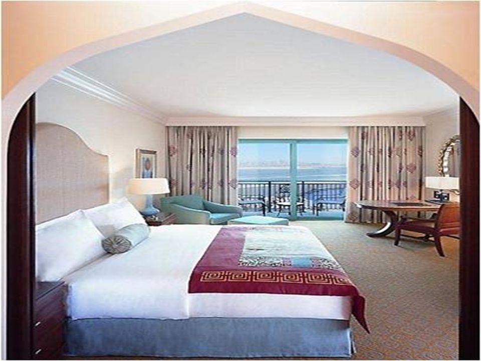 Hotel Burj al-Arab a Dubai Ledificio alberghiero più alto e più caro del mondo. Lunico a 7 stelle. Costruito su un isola artificiale nel mare.
