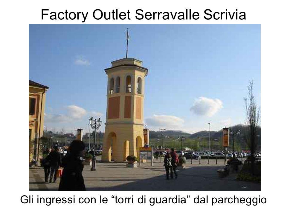 Factory Outlet Serravalle Scrivia Gli ingressi con le torri di guardia dal parcheggio