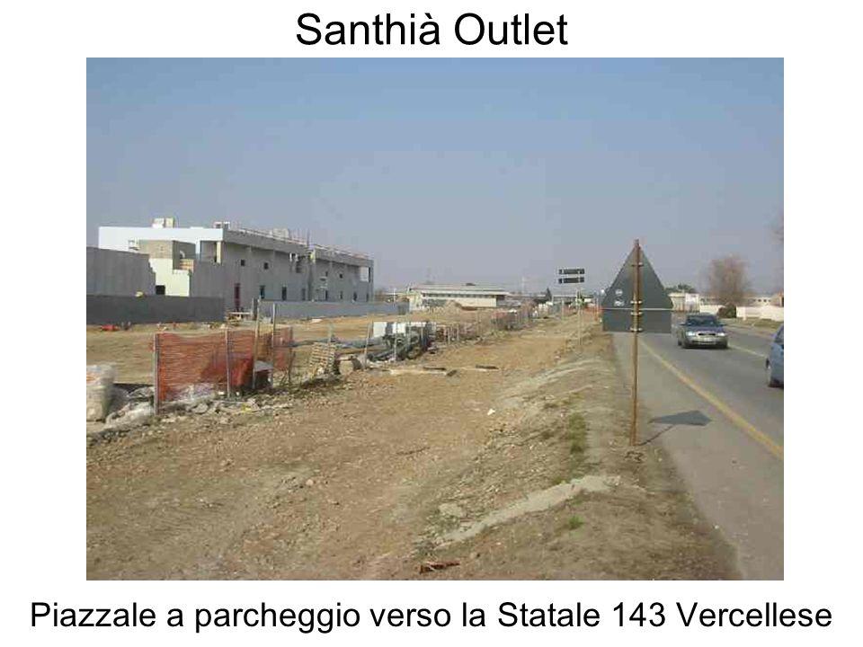 Santhià Outlet Piazzale a parcheggio verso la Statale 143 Vercellese