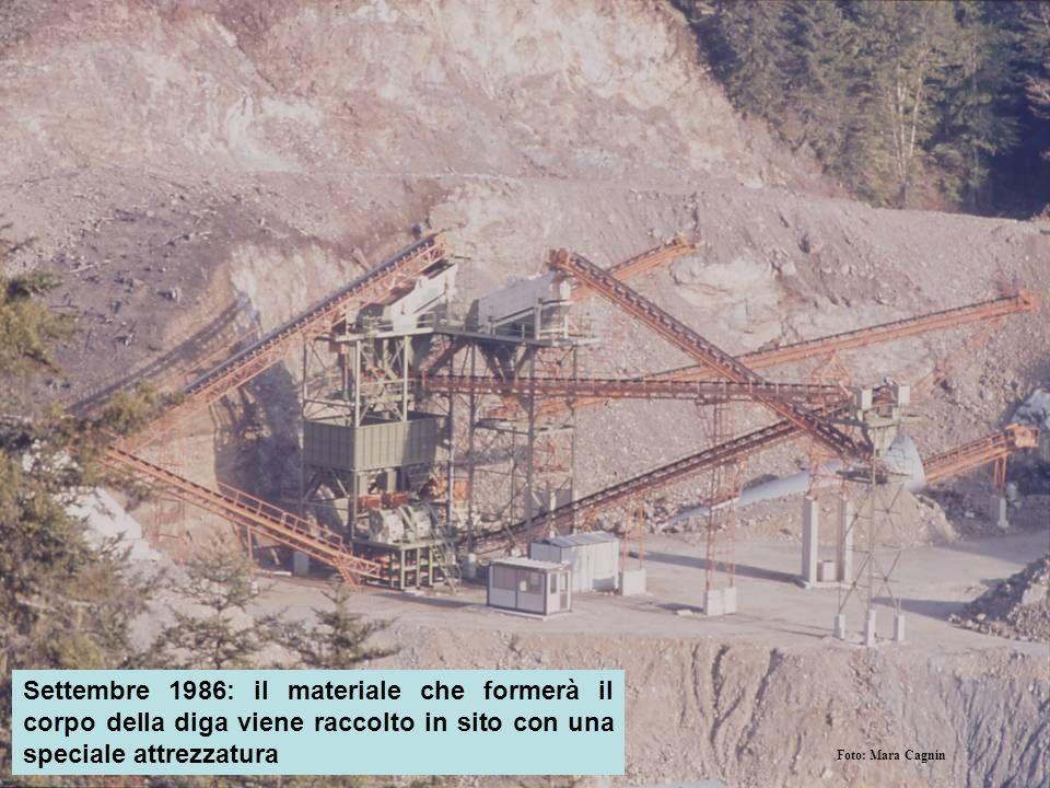 Settembre 1986: il materiale che formerà il corpo della diga viene raccolto in sito con una speciale attrezzatura Foto: Mara Cagnin