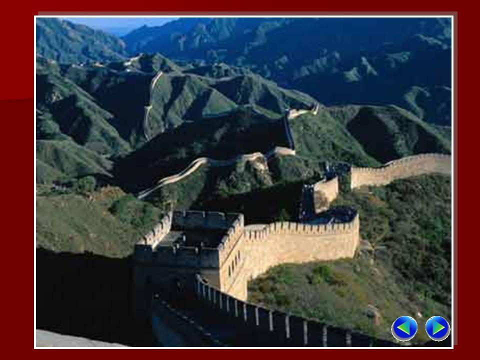 La Grande Muraglia, nota come una delle sette meraviglie del mondo, è il maggiore progetto difensivo dellantichità eretto nel periodo di tempo più lungo.
