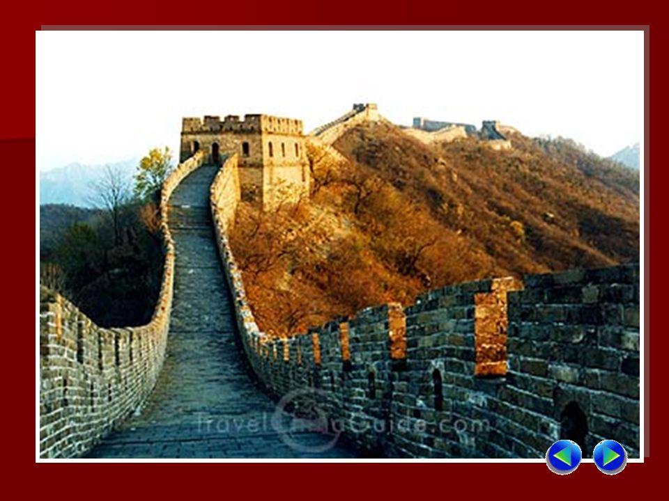 Come un opera difensiva, la Grande Muraglia è stata costruita seguendo i pendii dei monti, attraversando deserti, praterie e paludi, con una struttura molto complessa.