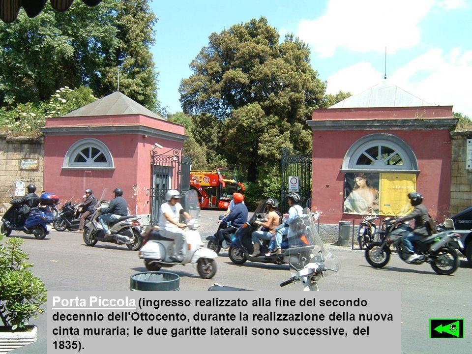 Porta Piccola (ingresso realizzato alla fine del secondo decennio dell'Ottocento, durante la realizzazione della nuova cinta muraria; le due garitte l