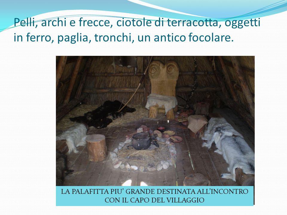 Pelli, archi e frecce, ciotole di terracotta, oggetti in ferro, paglia, tronchi, un antico focolare.