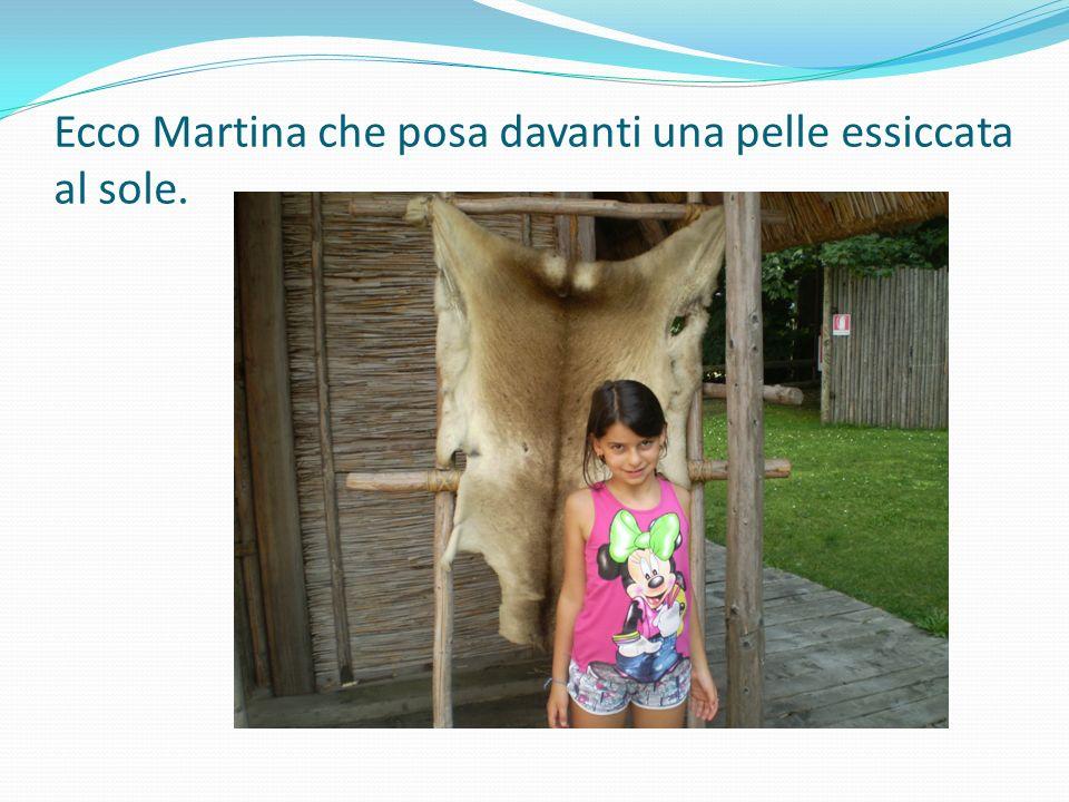 Ecco Martina che posa davanti una pelle essiccata al sole.